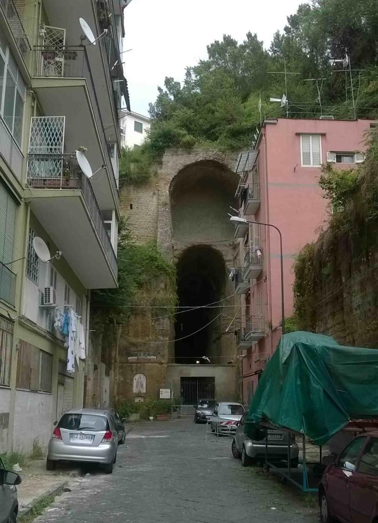 L'ingresso attuale della Crypta Neapolitana dal lato di Piedigrotta