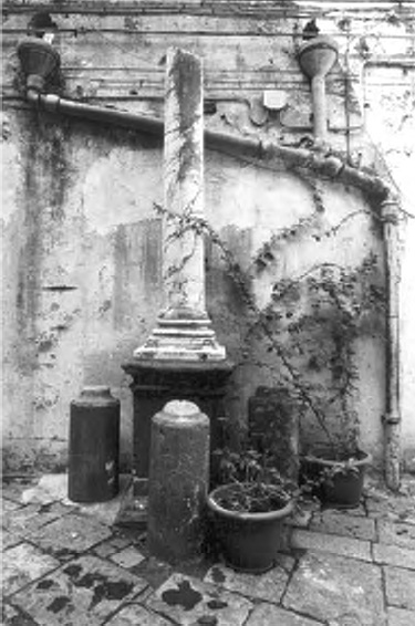 Quel che rimane del monumento a Ferrante