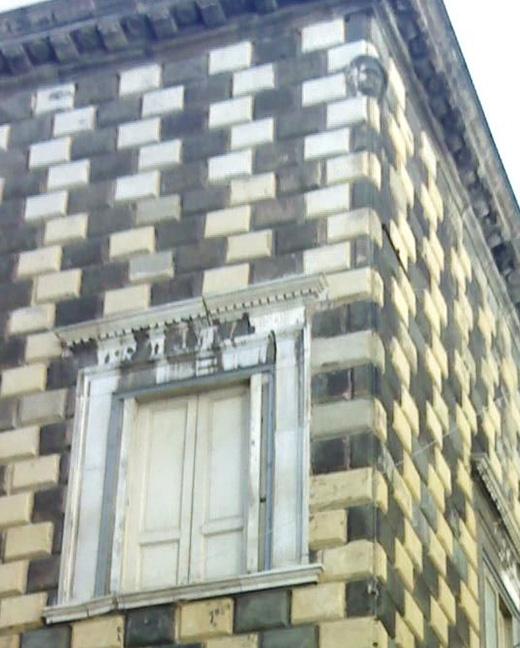 Dettaglio di una finestra e testa di Diomede Carafa
